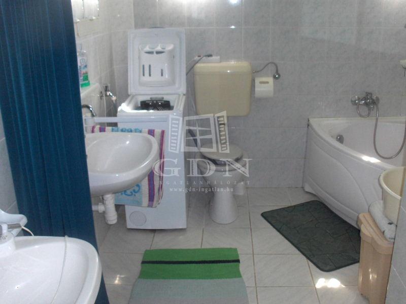 http://www.gdn-ingatlan.hu/nagy_kep/balatonfersing/gdn-ingatlan-126659-1434037472.24-watermark.jpg